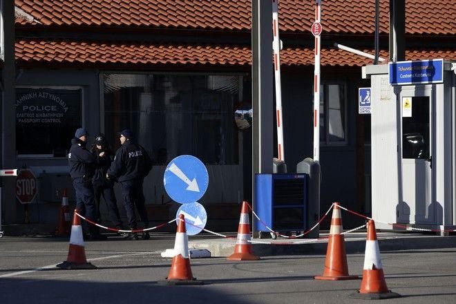 Αστυνομικοί στο τελωνείο στις Καστανιές στον Έβρο