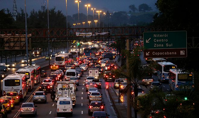 Cars stand in a traffic jam towards Rio's downtown during a 24-hour bus strike in Rio de Janeiro May 28, 2014. A new strike on public transport renewed concerns about services and public order 15 days before Rio and 11 other Brazilian cities play host to the upcoming World Cup soccer tournament. The strike is small and most buses are running normally, according local media.  REUTERS/Sergio Moraes (BRAZIL - Tags: SPORT SOCCER WORLD CUP TRANSPORT) - RTR3R7Y1