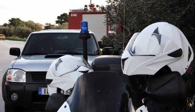 Αστυνομικοί φρουρούν την είσοδο του εξοχικού του πρώην πρωθυπουργού Κώστα Σημίτη, στους Αγ. Θεοδώρους, στο οποίο εκδηλώθηκε πυρκαγιά τα ξημερώματα της Παρασκευής 13 Δεκεμβρίου 2013 (EUROKINISSI/ΣΥΝΕΡΓΑΤΗΣ)