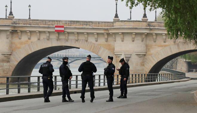 Αστυνομικοί περιπολούν κατά μήκος της όχθης του Σηκουάνα στο Παρίσι