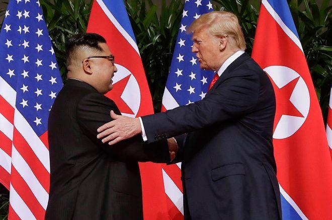Η θερμή χειραψία Ντόναλντ Τραμπ - Κιμ Γιονγκ Ουν
