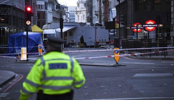 Αστυνομικές δυνάμεις στη Γέφυρα του Λονδίνου μετά την επίθεση άνδρα με μαχαίρι