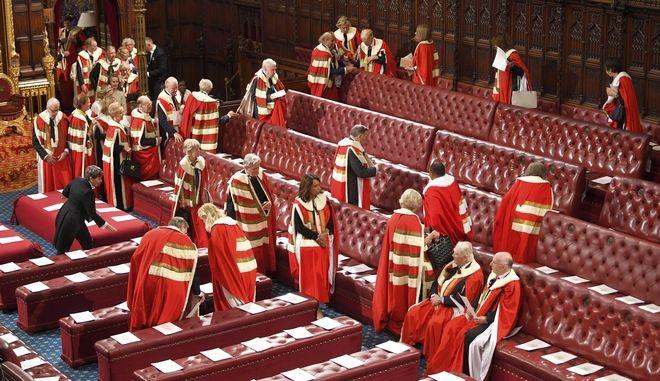 Μέλη της Βουλής των Λόρδων έρχονται να καθίσουν στις θέσεις τους μπροστά από το επίσημο  άνοιγμα του Κοινοβουλίου στο Λονδίνο, τη Δευτέρα 14 Οκτωβρίου 2019.