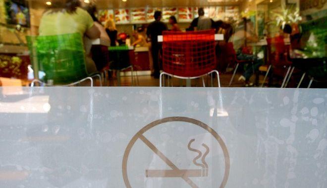 Σήμανση για απαγόρευση καπνίσματος σε ταχυφαγείο στην Αθήνα
