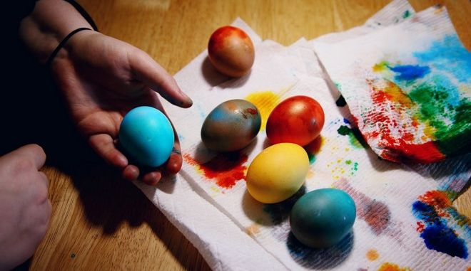 Πασχαλινά αυγά: Πώς θα βγάλεις τη βαφή από τα χέρια σου