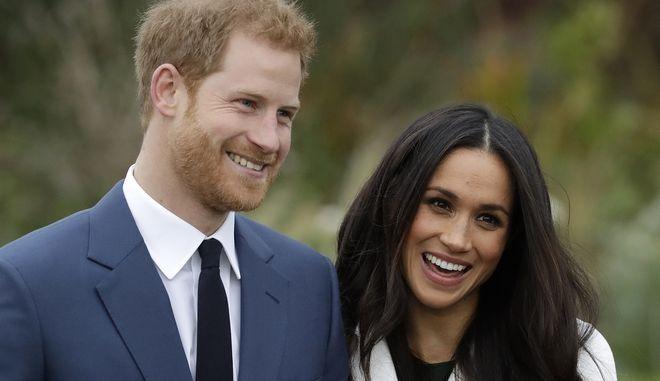 O πρίγκηπας Χάρι και η Μέγκαν Μαρκλ έξω από το παλάτι του Κένσιγκτον