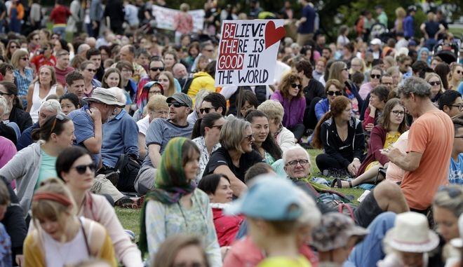 """Πλήθος κόσμου στη """"Διαδήλωση για την Αγάπη"""" στο Κράιστσερτς μετά το προ ημερών μακελειό"""
