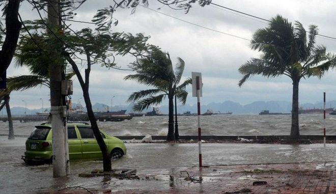 Αυστραλία: Στη μία άκρη 48 βαθμοί Κελσίου, στην άλλη κυκλώνας