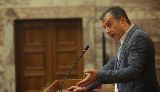 Ομιλία του επικεφαλής του Ποταμιού Σταύρου Θεοδωράκη στη συνάντηση της Κοινοβουλευτικής Ομάδας, της Επιτροπής Διαλόγου με τους πολιτικούς υπεύθυνους  και συντονιστές των Τομέων Πολιτικής, στην αίθουσα της Γερουσίας της Βουλής, Κυριακή, 29 Μαρτίου 2015. (EUROKINISSI/ΚΩΣΤΑΣ ΚΑΤΩΜΕΡΗΣ)