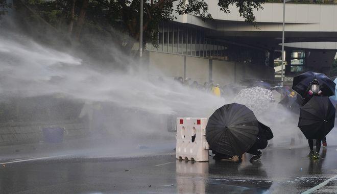 Με εκτοξευτήρες νερού η αστυνομία διέλυσε τους διαδηλωτές.