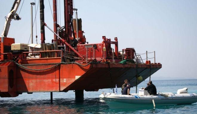 Οι κάτοικοι της Πέρδικας Θεσπρωτίας έκαναν συλλαλητήριο διαμαρτυρίας από ξηρά και θάλασσα, ζητώντας την απομάκρυνση της πλωτής δεξαμενής που εγκατέστησε στην θαλάσσια περιοχή τους η ΔΕΠΑ. Με την πλωτή δεξαμενή επιχειρείται μια σειρά επιστημονικών ερευνών, στο πλαίσιο της μελέτης του έργου του Ελληνοϊταλικού αγωγού φυσικού αερίου. Η πλωτή δεξαμενή, μετά την αντίδραση των κατοίκων της Πέρδικας, μεταφέρθηκε, προσωρινά, στην Ηγουμενίτσα.