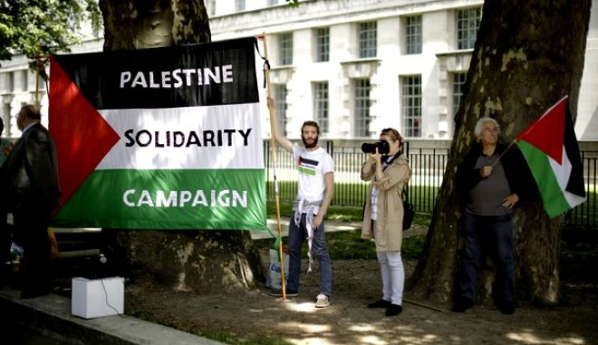 Free Palestine supporters take part in a protest outside Downing Street, before the arrival of Israeli Prime Minister Benjamin Netanyahu to meet British Prime Minister Theresa May in London, Wednesday, June 6, 2018. (AP Photo/Matt Dunham)