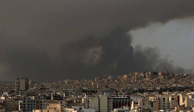Καπνός από την φωτιά στην Βαρυμπόμπη, πάνω από την Αθήνα