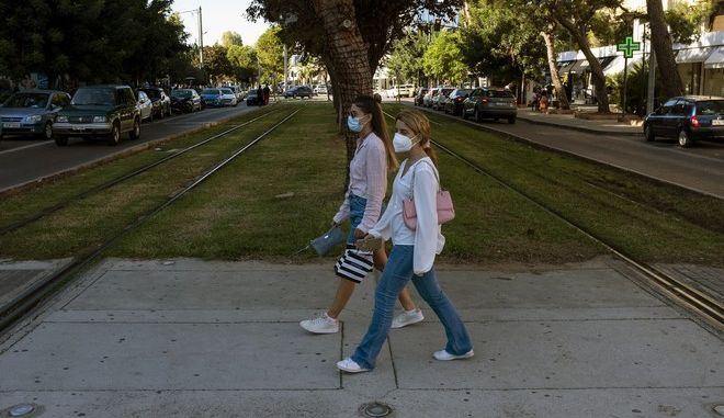 Γενικευμένη χρήση μάσκας αλλά και περιορισμούς στις μετακινήσεις αναμένεται να ανακοινώσει σήμερα Πέμπτη η Κυβέρνηση.