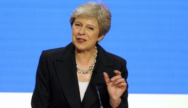Η πρωθυπουργός της Βρετανίας Τερέζα Μέι κατά την ομιλία της σε συγκέντρωση του Συντηρητικού κόμματος