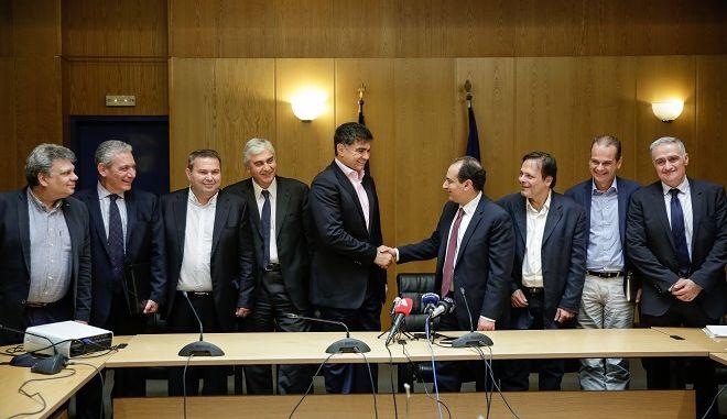 Ο Υπουργός Υποδομών και Μεταφορών κ. Χρήστος Σπίρτζης παρουσίασε με τη συμμετοχή των Διοικήσεων του Οργανισμού Σιδηροδρόμων Ελλάδος (ΟΣΕ) και της Εταιρείας ΜΟΤΟΡ ΟΪΛ (ΕΛΛΑΣ) β Διυλιστήρια Κορίνθου Α.Ε  το πλαίσιο συνεργασίας των δύο Φορέων, το οποίο εντάσσεται στη στρατηγική της ενίσχυσης των Συνδυασμένων Μεταφορών και της δημιουργίας συνθηκών εξυπηρέτησης των μεγάλων παραγωγικών μονάδων  της χώρας με το σιδηροδρομικό δίκτυο.