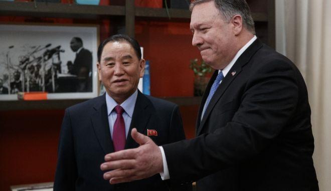 Ο αμερικανός ΥΠΕΞ, Μάικ Πομπέο με τον βορειοκορεάτη αξιωματούχο, Κιμ Γιονγκ Τσολ