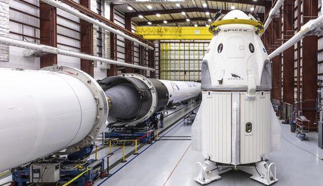 Η διαστημική κάψουλα Crew Dragon της Space X και ο πύραυλος Falcon 9 στο διαστημικό κέντρο στη Φλόριντα