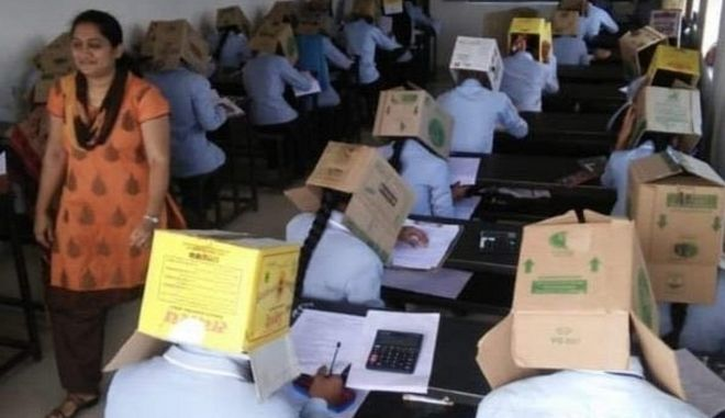 Σάλος στην Ινδία: Έβαλαν κούτες σε κεφάλια μαθητών για να μην αντιγράφουν