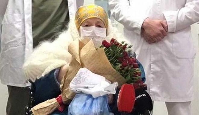 Ρωσία: 100χρονη ανάρρωσε από τον κορονοϊό - Πήρε εξιτήριο στα γενέθλιά της