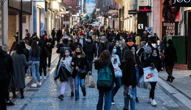 Κόσμος στα εμπορικά καταστήματα στην οδό Ερμού το απόγευμα της Παρασκευής 29 Ιανουαρίου 2021. (EUROKINISSI/ΓΙΑΝΝΗΣ ΠΑΝΑΓΟΠΟΥΛΟΣ)