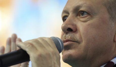 """Ερντογάν: Δώστε μας τους """"8"""" για να βάλουμε στο τραπέζι τους δύο Έλληνες"""