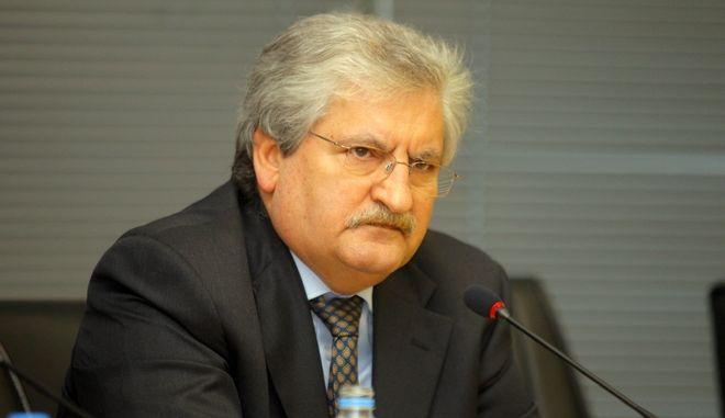 Ο Αναπληρωτής Υπουργός Οικονομικών Παντελής Οικονόμου καλεί τα μέλη της Διαρκούς Επιτροπής Οικονομικών Υποθέσεων καθώς και τα μέλη της Διαρκούς Επιτροπής Παραγωγής και Εμπορίου, παρουσίασαν σήμερα Τρίτη 3 Απριλίου, στα γραφεία του ΣΔΟΕ  δύο νέα συστήματα για την αντιμετώπιση του λαθρεμπορίου καυσίμων.  Πρόκειται για το σύστημα ηλεκτρονικής παρακολούθησης της πορείας των εφοδιαστικών πλοίων καυσίμων (σλεπιών), με εισηγητή τον ειδικό γραμματέα του ΣΔΟΕ, Ιωάννη Διώτη (φωτογραφία) και το ηλεκτρονικό σύστημα ελέγχου εισροών - εκροών πρατηρίων υγρών καυσίμων, με εισηγητή τον Γενικό Γραμματέα ΓΓΠΣ, Χάρη Θεοχάρη. (EUROKINISSI)