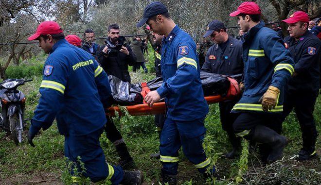 Άνδρες της ΕΜΑΚ ανασύρουν τις σορούς των 4 ανθρώπων που βρέθηκαν νεκροί μέσα στο αυτοκίνητο