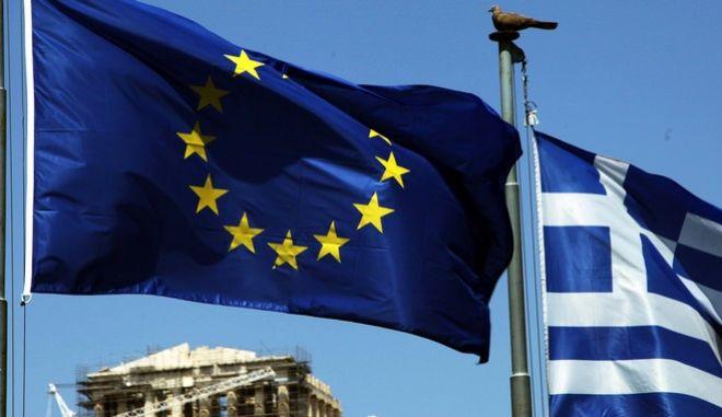 Η ελληνικη σημαια και η σημαία της Ευρωπαϊκής Ένωσης με φόντο τον Παρθενώνα την Τριτη 7 Ιουλιου 2015. (EUROKINISSI/ΓΙΑΝΝΗΣ ΠΑΝΑΓΟΠΟΥΛΟΣ)