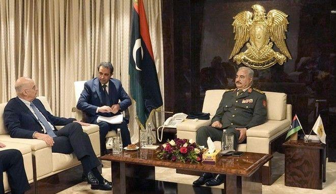 Ο Νίκος Δένδιας και ο στρατάρχης Χαλίφα Χάφταρ στη Βεγγάζη