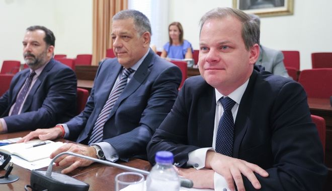 Σε πρώτο πλάνο ο υπουργός Μεταφορών και Υποδομών Κώστας Καραμανλής σε επιτροπή της βουλής