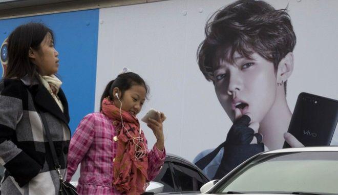 """Στη φωτογραφία είναι ο """"Justin Bieber του Πεκίνου"""", Lu Han. Για να εμφανιστεί σε τηλεοπτικό πρόγραμμα, θα πρέπει να αλλάξει το στιλ του -βάσει των αποφάσεων που πήρε η Κυβέρνηση της Κίνας."""