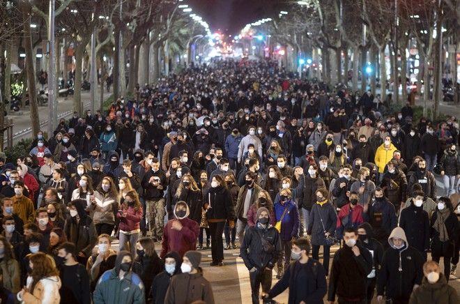 Χιλιάδες άνθρωποι συγκεντρώθηκαν για να διαδηλώσουν κατά της συλληψης του ισπανού ράπερ Πάμπλο Χασελ