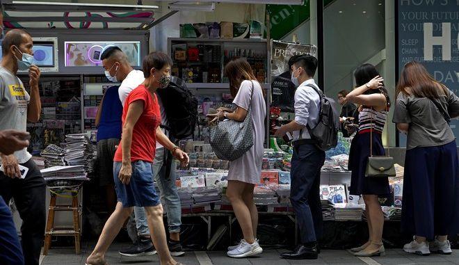 Ουρές κόσμου για να αγοράσουν την εφημερίδα Apple Daily μετά τις συλλήψεις στελεχών της