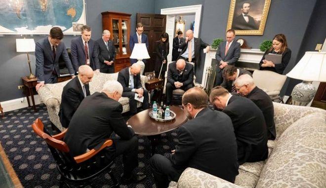 Οι Ρεπουμπλικανοί προσπαθούν να σταματήσουν έναν ιό με προσευχή