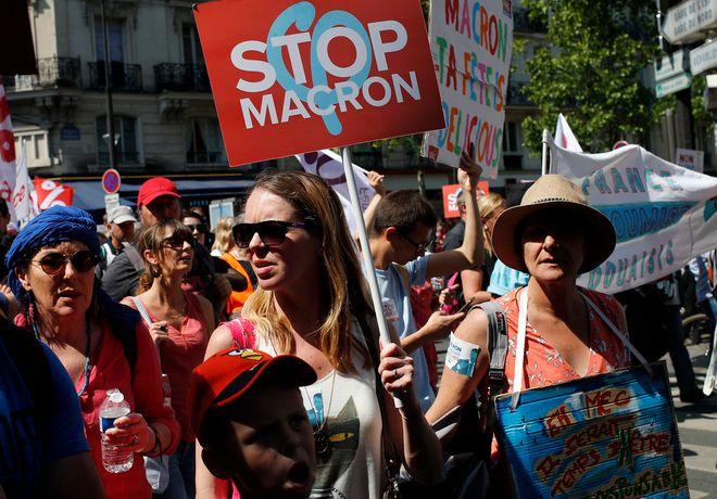 Ακτιβιστές και διαδηλωτές σε συγκέντρωση διαμαρτυρίας ενάντια στον Γάλλο πρόεδρο Μακρόν, Παρίσι