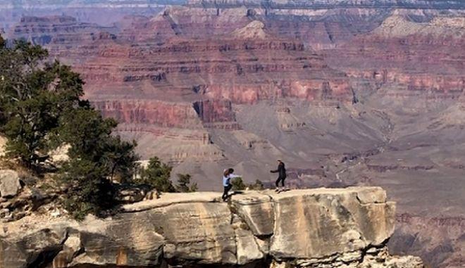 Κορίτσι σκοντάφτει και σχεδόν πέφτει από το γκρεμό στο Grand Canyon