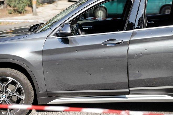 Οι τρύπες που προκάλεσαν οι σφαίρες στο αυτοκίνητο