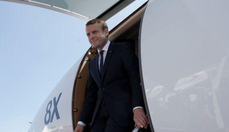 Ο Γάλλος πρόεδρος Εμανουέλ Μακρόν βγαίνει από το Φάλκον 8X, το προεδρικό αεροσκάφος