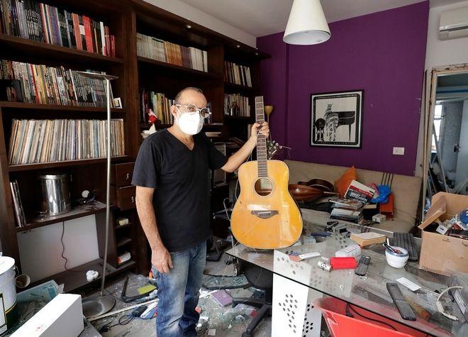 Ο Alain Shoucair δείχνει την σπασμένη κιθάρα του.
