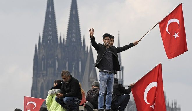 Τούρκοι στην Κολονία της Γερμανίας (AP Photo/Martin Meissner)