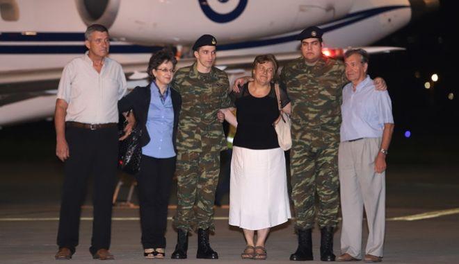 Οι δύο στρατιωτικοί με τις οικογένειές τους στο Αεροδρόμιο Μακεδονία