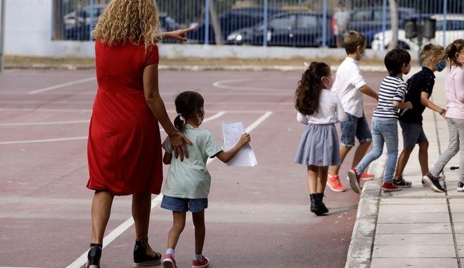 Βουλή: Σήμερα η τροπολογία για τα μέτρα κατά του κορονοϊού στις εκπαιδευτικές δομές