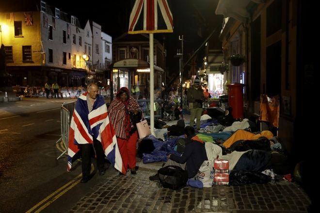Οι μεγάλοι φαν της βασιλική οικογένειας βρέθηκαν γύρω από το σημείο όπου θα τελεστεί ο βασιλικός γάμος από το βράδυ της Παρασκευής με sleeping bags για να