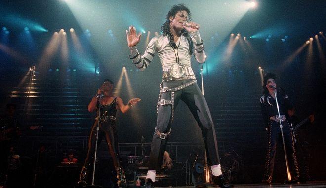 Ο τραγουδιστής Michael Jackson επί σκηνής