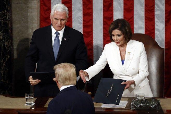 Η Νάνσι Πελόζι σκίζει επιδεικτικά το κείμενο ομιλίας του Τραμπ