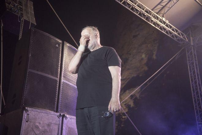 Ο Θάνος Μικρούτσικος συγκινημένος σε μια από τις τελευταίες συναυλίες του.