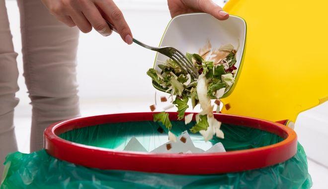 Γυναίκα πετάει φαγητό στα σκουπίδια