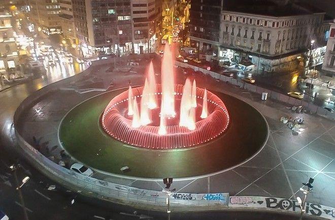 Φωτισμένο το συντριβάνι της πλατείας Ομονοίας στην πρώτη δοκιμή λειτουργίας του, την Πέμπτη 21 Φεβρουαρίου 2020.