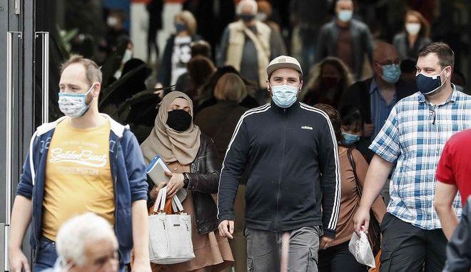 Πολίτες με μάσκα στη Γερμανία